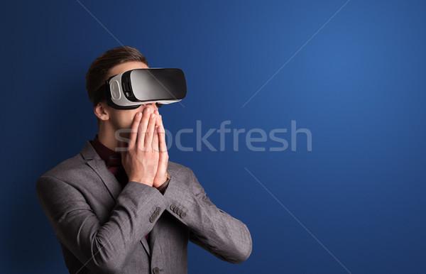 Zakenman virtueel realiteit stofbril verwonderd business Stockfoto © ra2studio