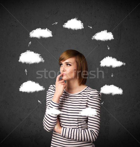 Foto stock: Mulher · jovem · pensando · nuvem · em · torno · de · cabeça