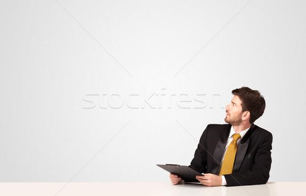 Stockfoto: Zakenman · witte · vergadering · tabel · map · business
