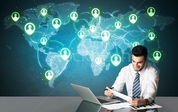 Zakenman social media verbinding vergadering tabel symbolen Stockfoto © ra2studio