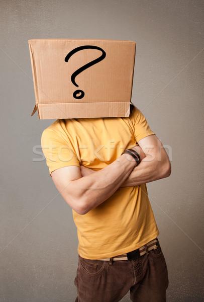 Fiatalember gesztikulál kartondoboz fej áll kérdőjel Stock fotó © ra2studio