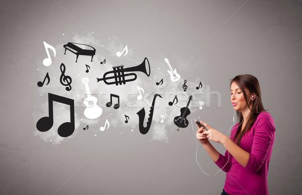 Hermosa cantando escuchar música notas musicales fuera Foto stock © ra2studio