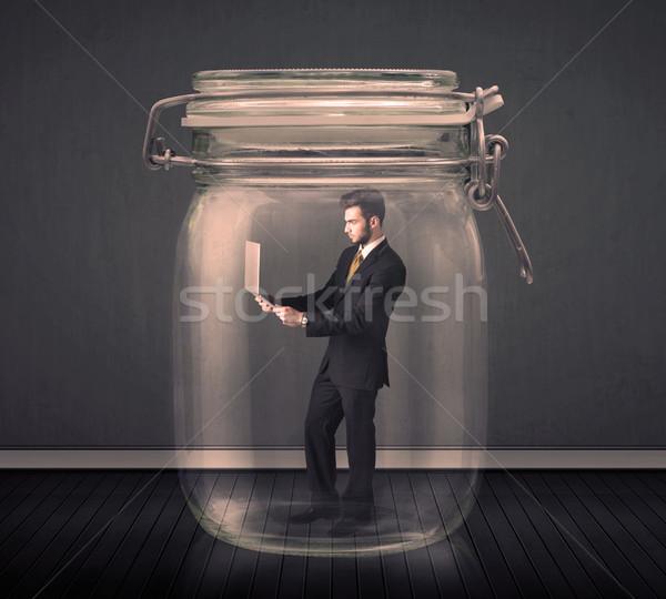 Om de afaceri prins sticlă borcan om spaţiu Imagine de stoc © ra2studio
