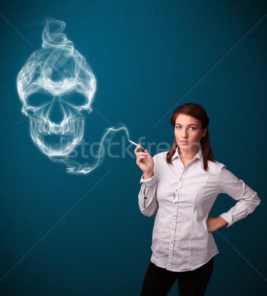 Stockfoto: Jonge · vrouw · roken · gevaarlijk · sigaret · giftig · schedel