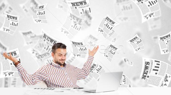 Hombre de negocios escritorio bolsa periódicos ordenador libro Foto stock © ra2studio