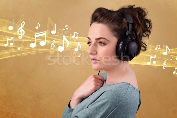 Młoda kobieta słuchawki słuchanie muzyki dość zauważa muzyki Zdjęcia stock © ra2studio
