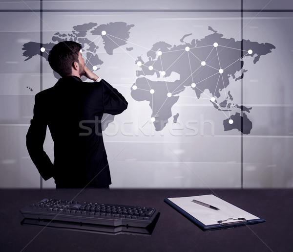 Foto d'archivio: Uomo · d'affari · disegno · mappa · del · mondo · giovani · impiegato