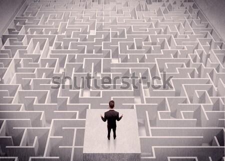 Geschäftsmann schauen über verwechselt Denken stehen Stock foto © ra2studio