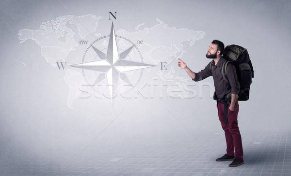 Stockfoto: Jonge · man · rugzak · knap · permanente · Maakt · een · reservekopie · kompas