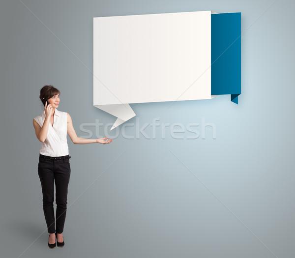 Csinos fiatal nő készít telefonbeszélgetés bemutat modern Stock fotó © ra2studio
