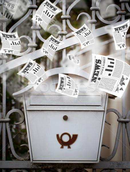 Post vak dagelijks kranten vliegen uit Stockfoto © ra2studio