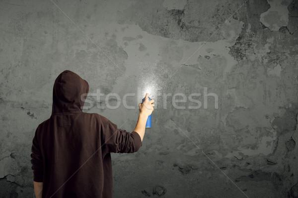 Jeunes urbaine peintre tirer graffitis mur Photo stock © ra2studio
