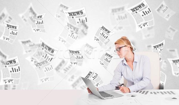 Mujer de negocios escritorio bolsa periódicos libro Internet Foto stock © ra2studio