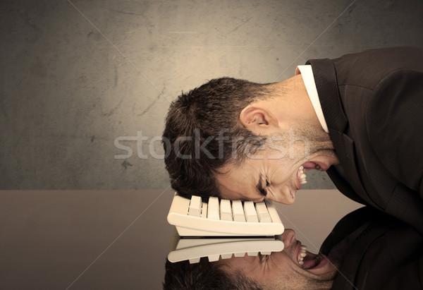Frustrato testa tastiera triste depresso impiegato Foto d'archivio © ra2studio