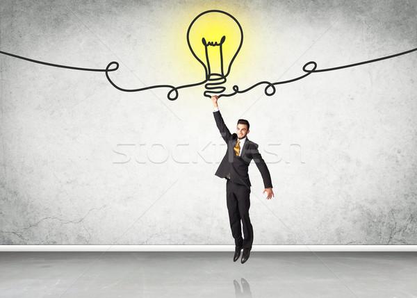 Opknoping zakenman idee lamp hand man Stockfoto © ra2studio