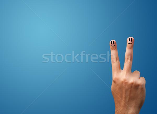 Feliz cara sonriente dedos mirando vacío azul Foto stock © ra2studio