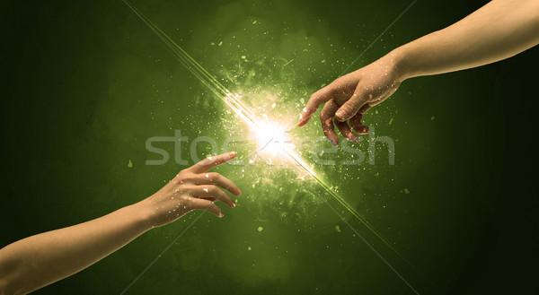 Foto stock: Tocante · brasão · iluminação · faísca · ponta · do · dedo · dois