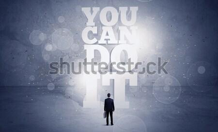 Verkoper kan motivatie permanente Maakt een reservekopie Stockfoto © ra2studio