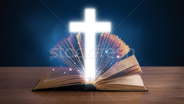 Open bible cross mezzo Foto d'archivio © ra2studio