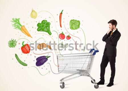 Empresario cesta de la compra hortalizas empujando saludable fuera Foto stock © ra2studio