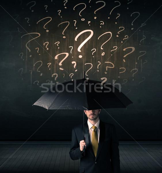 Stock fotó: üzletember · esernyő · rajzolt · kérdőjelek · pénz · kéz