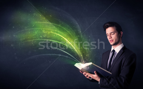 Jonge man boek golf toevallig groene Stockfoto © ra2studio