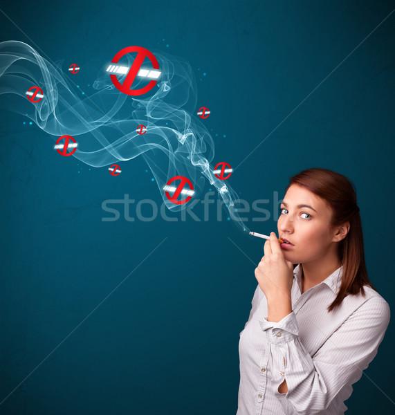 Stockfoto: Jonge · vrouw · roken · gevaarlijk · sigaret · borden