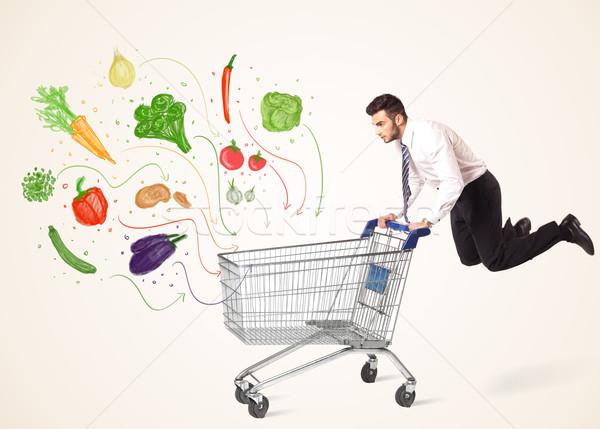 Zdjęcia stock: Biznesmen · koszyk · warzyw · popychanie · zdrowych · na · zewnątrz