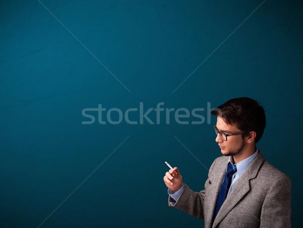 Photo stock: Jeune · homme · fumer · cigarette · espace · de · copie · élégant · mort