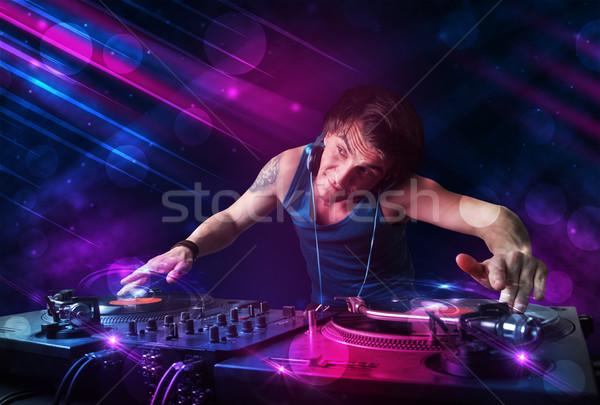 Jonge spelen draaitafels kleur lichteffecten aantrekkelijk Stockfoto © ra2studio