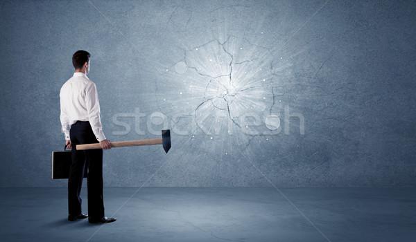 Hombre de negocios pared martillo sucio oficina edificio Foto stock © ra2studio