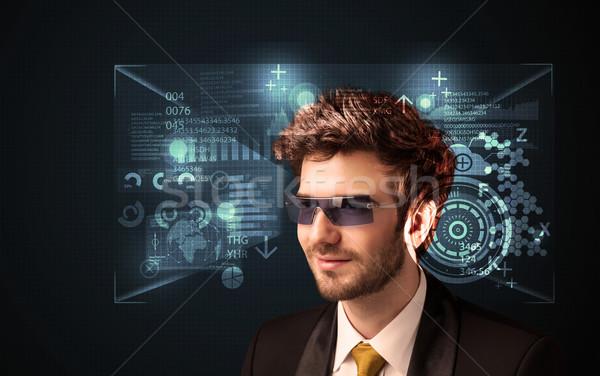 Zdjęcia stock: Młody · człowiek · patrząc · futurystyczny · smart · wysoki · tech