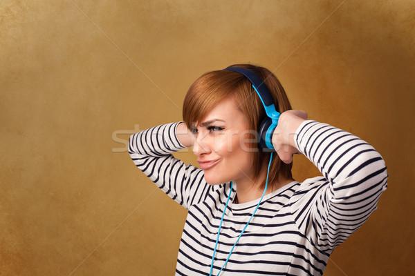 Jeune femme casque écouter de la musique espace de copie joli Photo stock © ra2studio