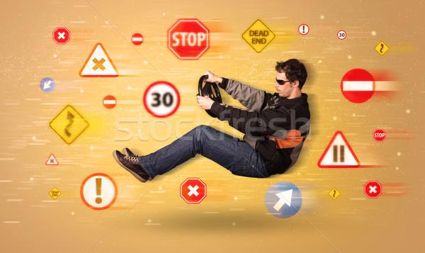 Foto d'archivio: Giovani · driver · segnaletica · stradale · in · giro · auto · strada