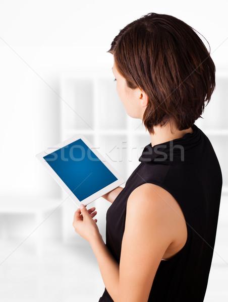 ストックフォト: 若い女性 · 見える · 現代 · タブレット · 小さな · ビジネス女性