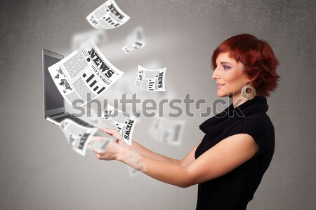 Przypadkowy dość młoda kobieta notebooka czytania wybuchowy Zdjęcia stock © ra2studio