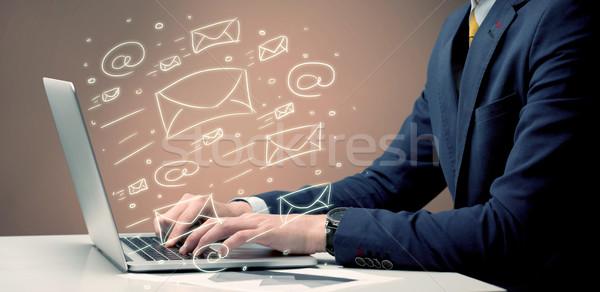 Cliente notícia cartas laptop trabalhador de escritório Foto stock © ra2studio