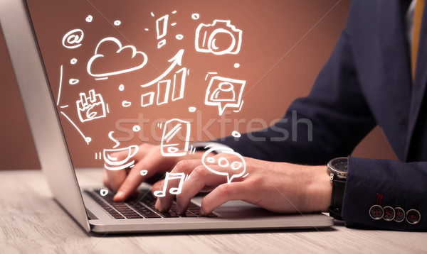 Kantoormedewerker vergadering laptop elegante zakenman bureau Stockfoto © ra2studio