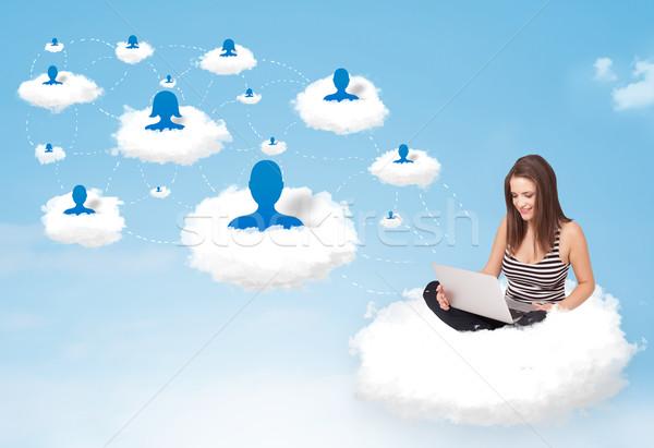 ストックフォト: 若い女性 · 座って · 雲 · ノートパソコン · かなり · 社会的ネットワーク