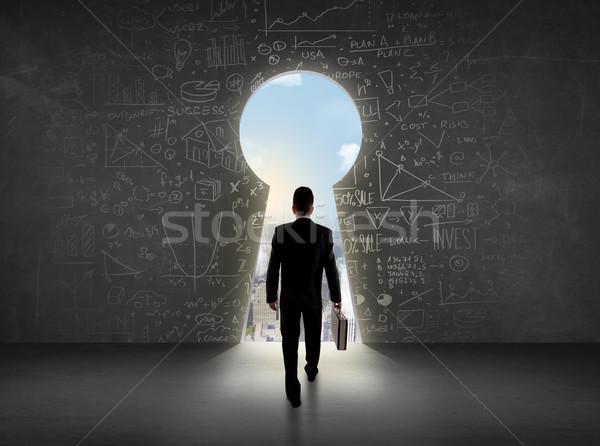 Uomo d'affari guardando serratura luminoso cityscape business Foto d'archivio © ra2studio