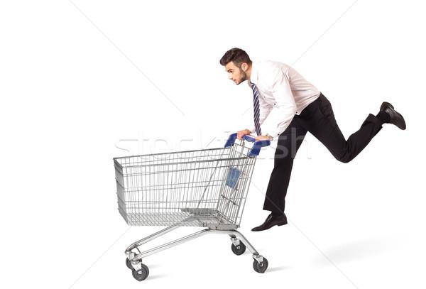 Zdjęcia stock: Biznesmen · koszyk · popychanie · odizolowany · garnitur · rynku