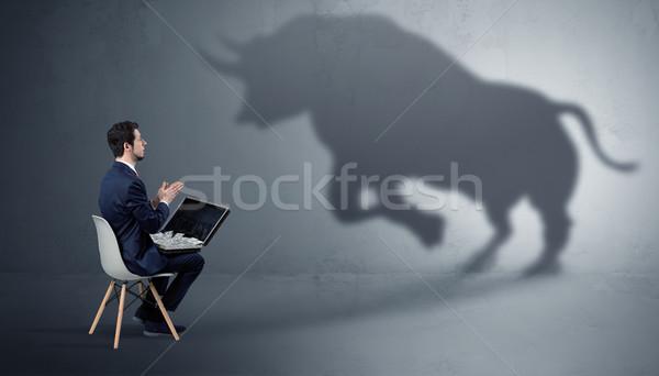 üzletember felajánlás hatalmas bika árnyék szerény Stock fotó © ra2studio