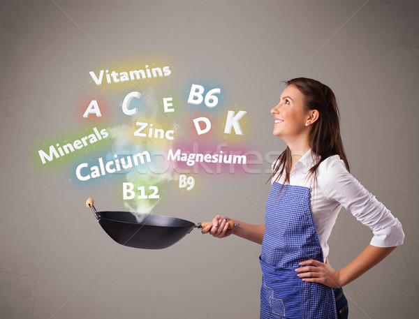 Jeune femme cuisson vitamines minéraux joli alimentaire Photo stock © ra2studio