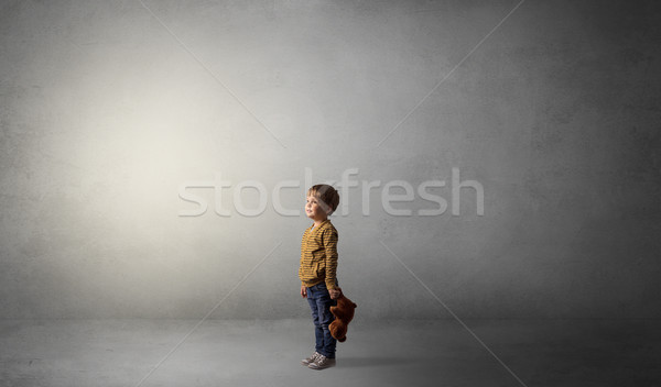 Weinig kid lege kamer alleen groot pluche Stockfoto © ra2studio