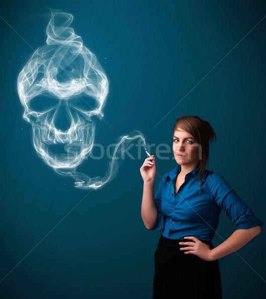Mulher jovem fumador perigoso cigarro tóxico crânio Foto stock © ra2studio