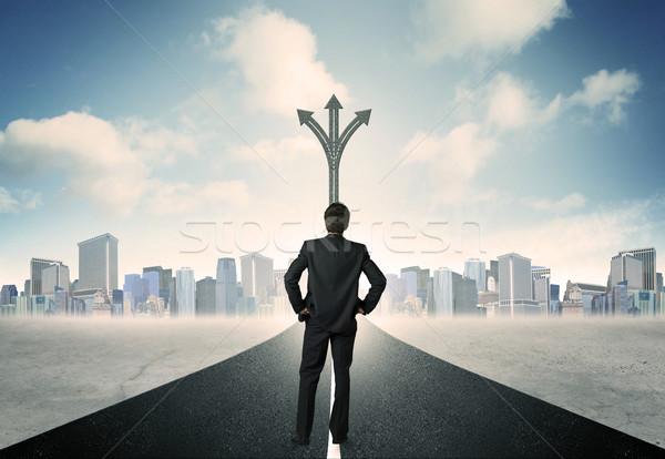 Zakenman permanente weg succes hemel stad Stockfoto © ra2studio