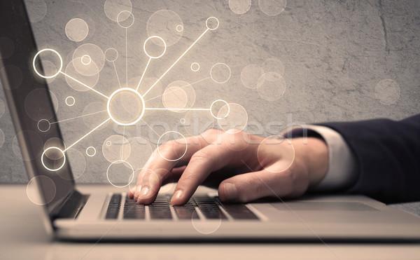 Wetenschap werknemer typen laptop computer kantoor verkoper Stockfoto © ra2studio