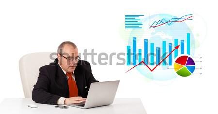 Foto d'archivio: Imprenditore · seduta · desk · laptop · statistiche · isolato