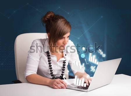 Piękna młoda dziewczyna posiedzenia biurko oglądania Fotografia Zdjęcia stock © ra2studio