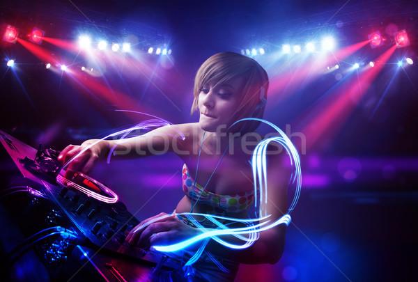 Disc-jockey fille jouer musique lumière poutre Photo stock © ra2studio